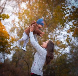 dítě v náručí