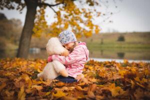 dítě se tulí k oblíbenému plyšáku